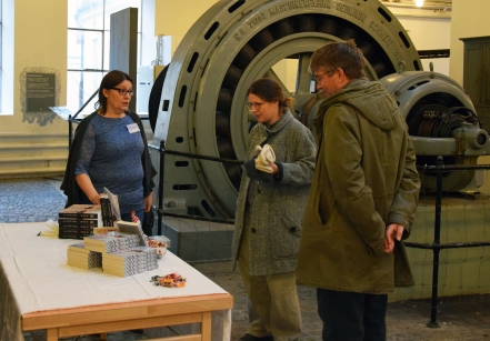 Anna Rodell Dahlberg med besökare